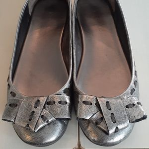 Pewter Nine West ballet flats with bows 🍎